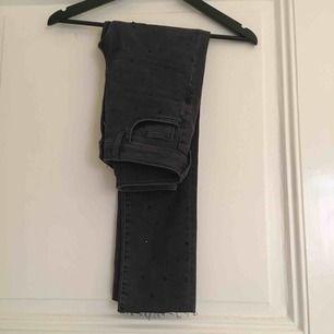 Underbara jeans med svarta små stenar, avklippta nertill. Älskar dem men tyvärr för små!