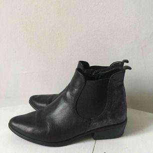 Äkta läder, boots i fint skick, mjukt läder så väldigt sköna. Ej slitna sulor, använd ca 1 säsong.