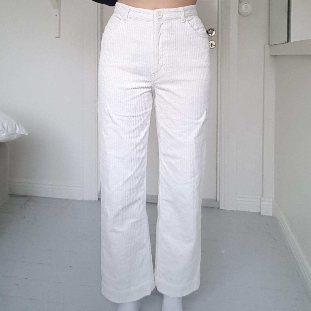 Jättefina vita byxor från Monki. Säljs pga att dom inte kommer till användning för mig, vilket e synd:/ Jag är 174cm! Läs min bio om du är intresserad😇 Frakt kostar 70kr. Jeans & Byxor.