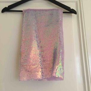 ascool kjol, använd 1 gång. Dragkedja i sidan, hög till naveln ungefär och lång till nån decimeter nedanför knät. Jag är 163.