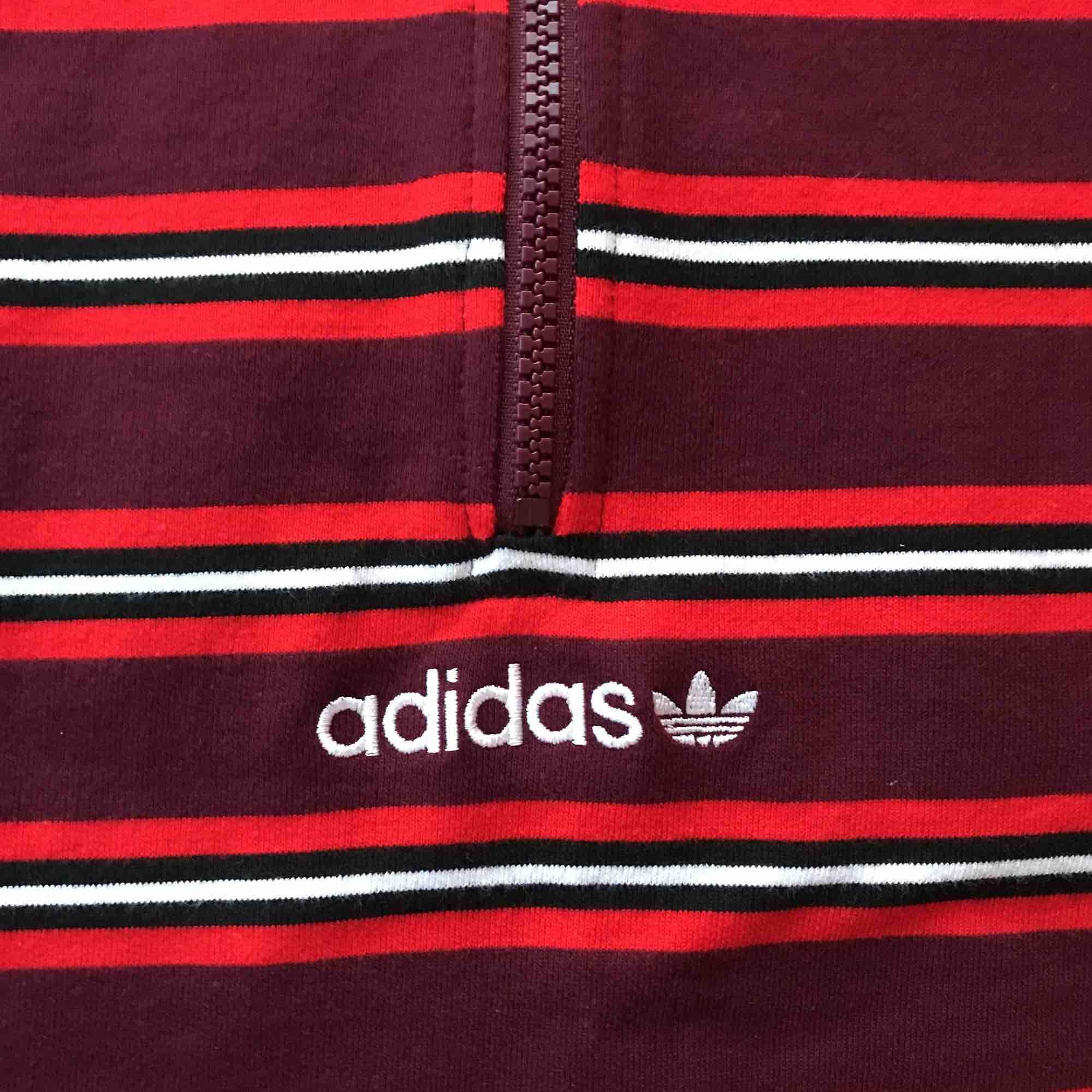 1/3 sweatshirt från adidas, aldrig använd. köparen står för frakt . Huvtröjor & Träningströjor.