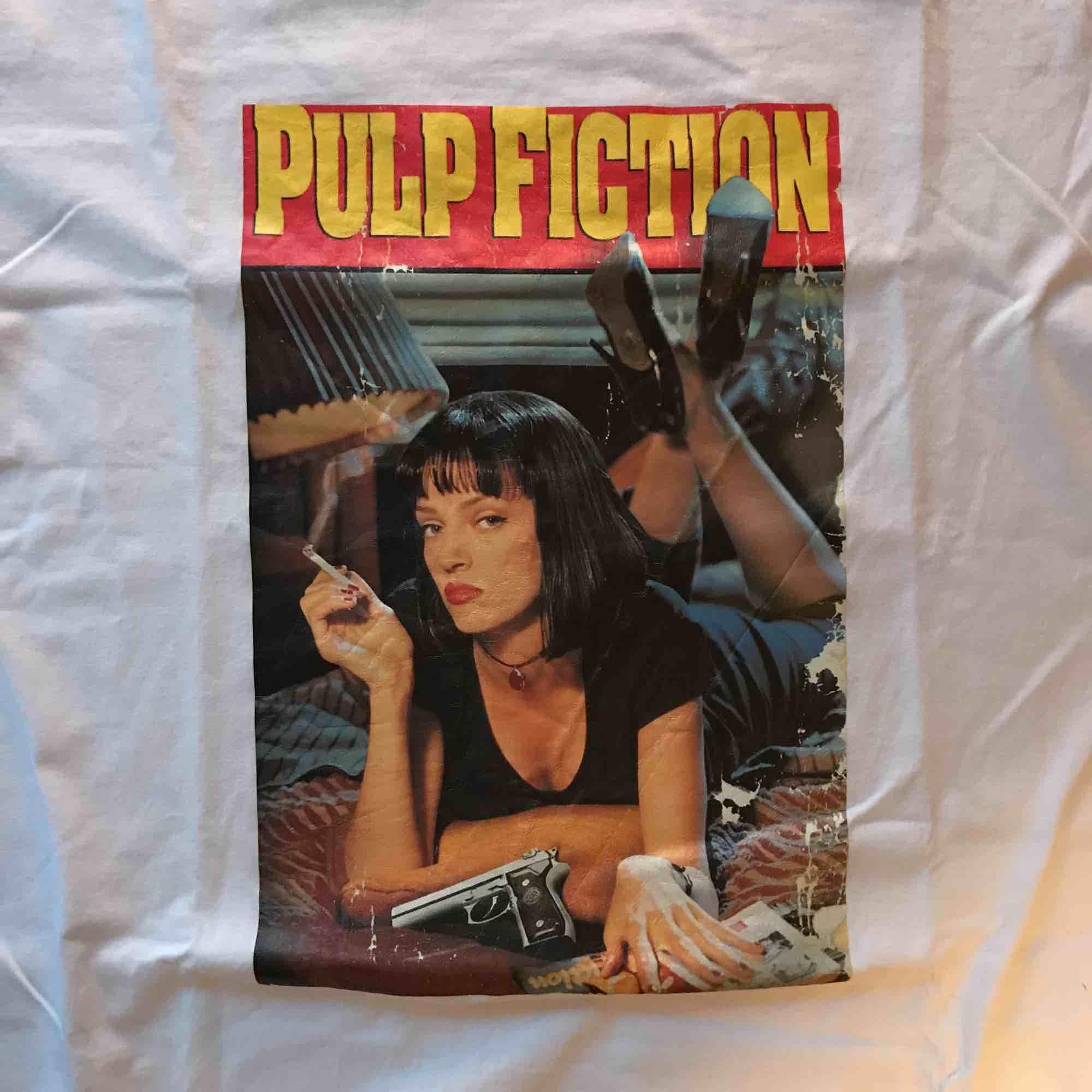 pulp fiction t-shirt, aldrig använd. Köparen står för frakt . T-shirts.