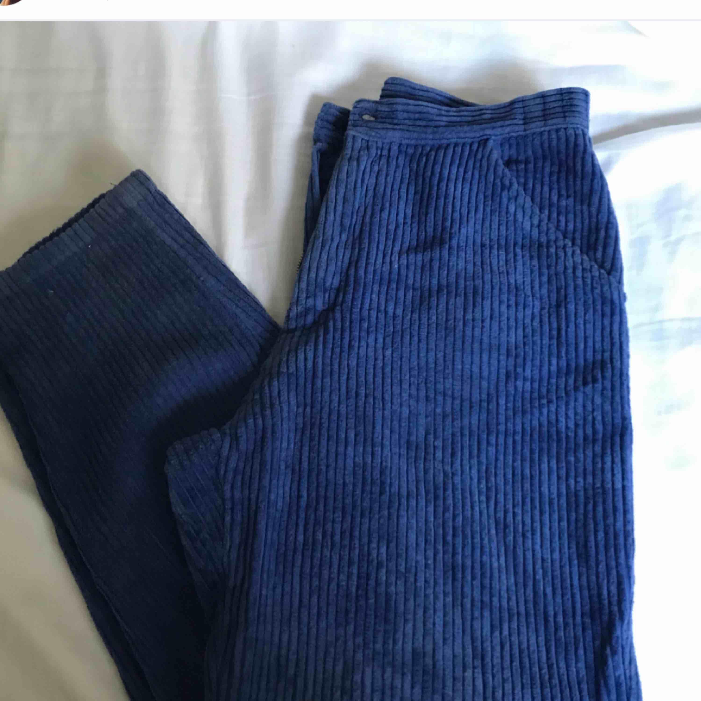 Säljer dessa super snygga manchester byxorna! Dom är i en marinblå färg och är verkligen i grymt bra kvalité. Tyvärr sitter dem för stort på mig som är XS-S i storleken men önskar verkligen att dem satt bra! Kan skicka mer info/bilder i dm :):). Jeans & Byxor.
