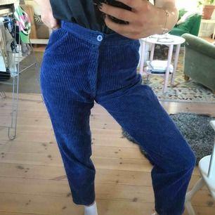 Säljer dessa super snygga manchester byxorna! Dom är i en marinblå färg och är verkligen i grymt bra kvalité. Tyvärr sitter dem för stort på mig som är XS-S i storleken men önskar verkligen att dem satt bra! Kan skicka mer info/bilder i dm :):)