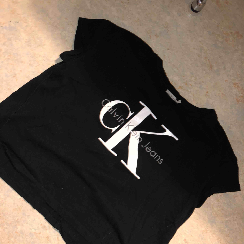 Ck T-shirt. Äkta, köpt på nk .   Köparen står för frakt annars går det att mötas i innerstad Gbg  . T-shirts.