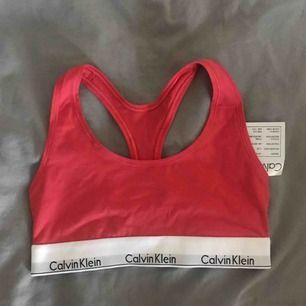 En orangerosa (äkta) Calvin Klein-topp. Aldrig använd 😊  Köparen står för frakt 💓