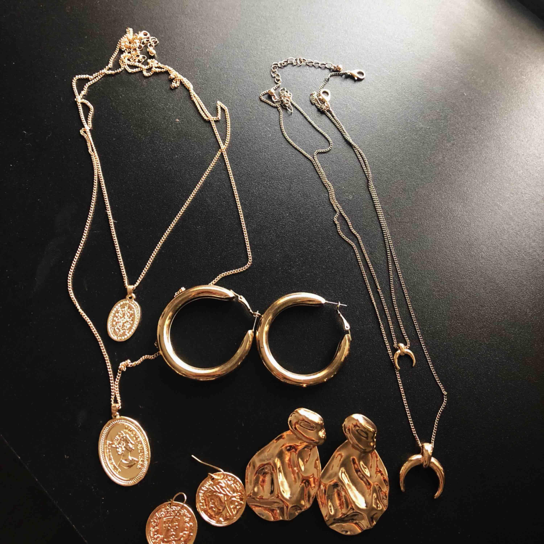 Olika smycken, endast halsband med månen är använd o kostar 50kr. Andra halsbandet 100kr och örhängena 50kr/st oanvända allt är från nakd.. Accessoarer.