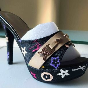 Sjukt SNYGGA skor!! Helt oanvända, köpte för ca 1 månad sen men de var för små och nu är det försent för att lämna tillbaka💕💕 Frakt ingår i priset!! 📩🍂🍂😄