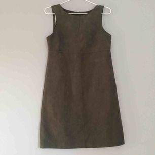 Jättesöt mörkgrön klänning i mocka inspirerat material från Dorothy Perkins. Passar perfekt i höst med! Superfint att ha över tex en polokrage!