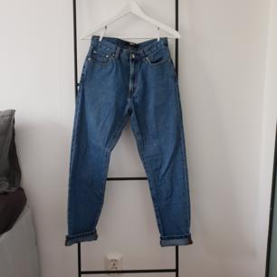 Boyfriend jeans från BikBok.