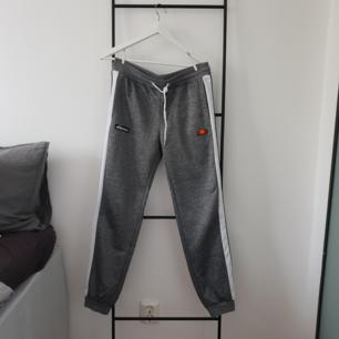 Ellesse Piping Panel Pants köpta på JD Sport. Använda en gång. Säljer pga fel modell för mig.  Köpta för 450. Säljer även en matchande hoodie.
