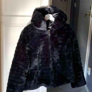 En svart pälsjacka med luva från Flash, använd en vinter, nypris 800kr. Liten i storleken!! Jag är normalt en S och denna är endast en aning för stor för mej, jätte bra skick och varm! Kan mötas upp i Göteborg annars står köpare för frakten☺️😉