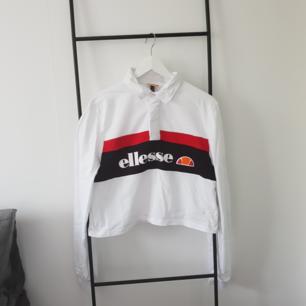 Ellesse Crop Rugby Shirt från JD Sport. Köpte den för 350. Använd en gång. Säljer den pga att den är för stor.