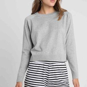 Superfin grå stickad tröja från Only 🙌🏼kan fraktas för 55 kronor! Köpt för 249 kronor