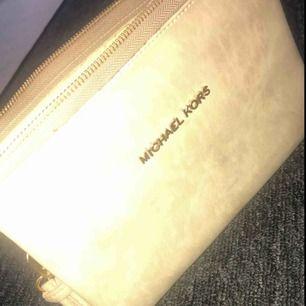 Michael kors väska  AAA kopia aldrig använd  Kan användas som kuvertväska eller sidoväska