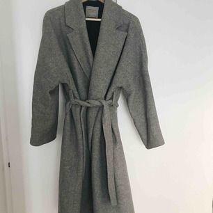 Suuupermysig kappa från Zara! Köpt här på plick men säljes pga att storleken inte var bra på mig. Köparen står för frakt✨