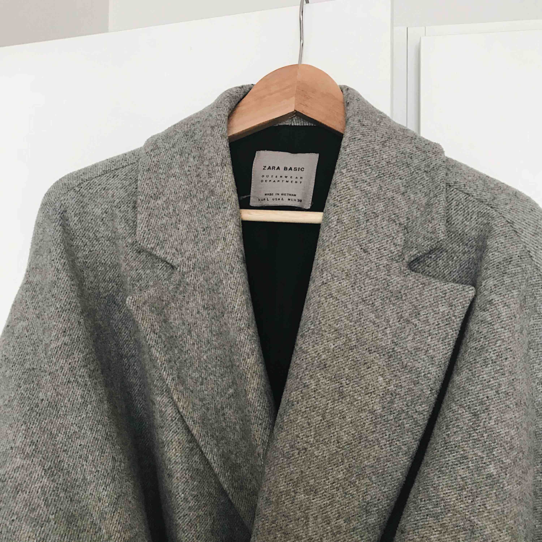 Suuupermysig kappa från Zara! Köpt här på plick men säljes pga att storleken inte var bra på mig. Köparen står för frakt✨. Jackor.