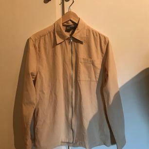 Ljusbeige manchesterskjorta i mycket fint skick. Oanvänd. Fri frakt. Står storlek XS på lappen men skulle säga att det snarare är S.