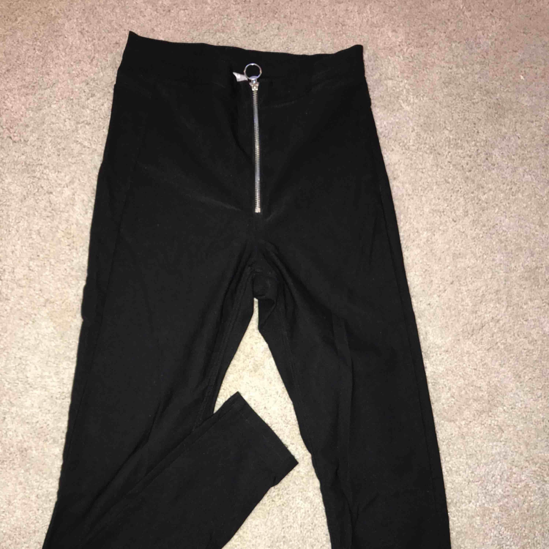 Svarta leggings med dragkedja där fram. Jättesköna och stretchiga. Frakt: 34kr. Skicka meddelande vid mer bilder eller frågor💗. Jeans & Byxor.