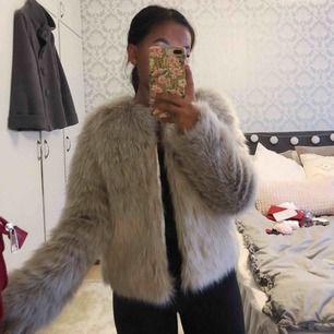 Fin pälsjacka köpt förra vintern på hm, storlek 32 och passar mig med xs!