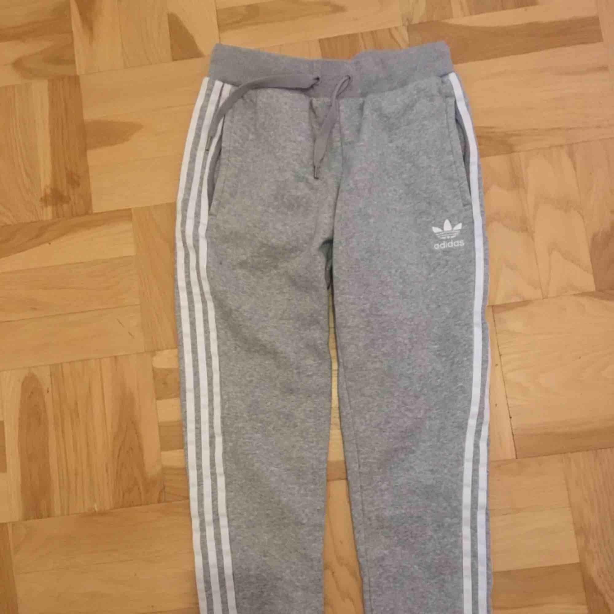 Säljer mina nästintill oanvända mjukisbyxor från adidas med två fickor med dragkedja. I priset ingår frakten. Jeans & Byxor.
