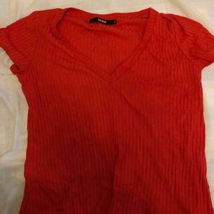 Röd v-ringad t-shirt från bik bok. Knappt använd. Frakt ingår