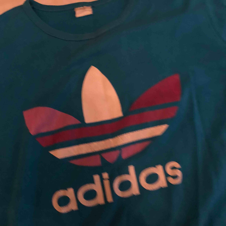 Blå adidas tröja. Välanvänd därav det låga priset. Frakt ingår. T-shirts.