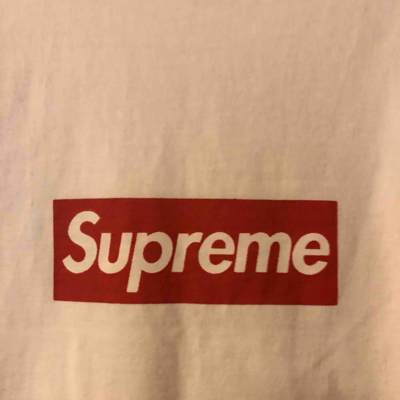 Supreme Bogo från UNHS det är en replica dock är den nästan 1:1 typ exakt lik den äkta. Bogon är centrerad irl ser bara inte ut så på bilden. T-shirts.