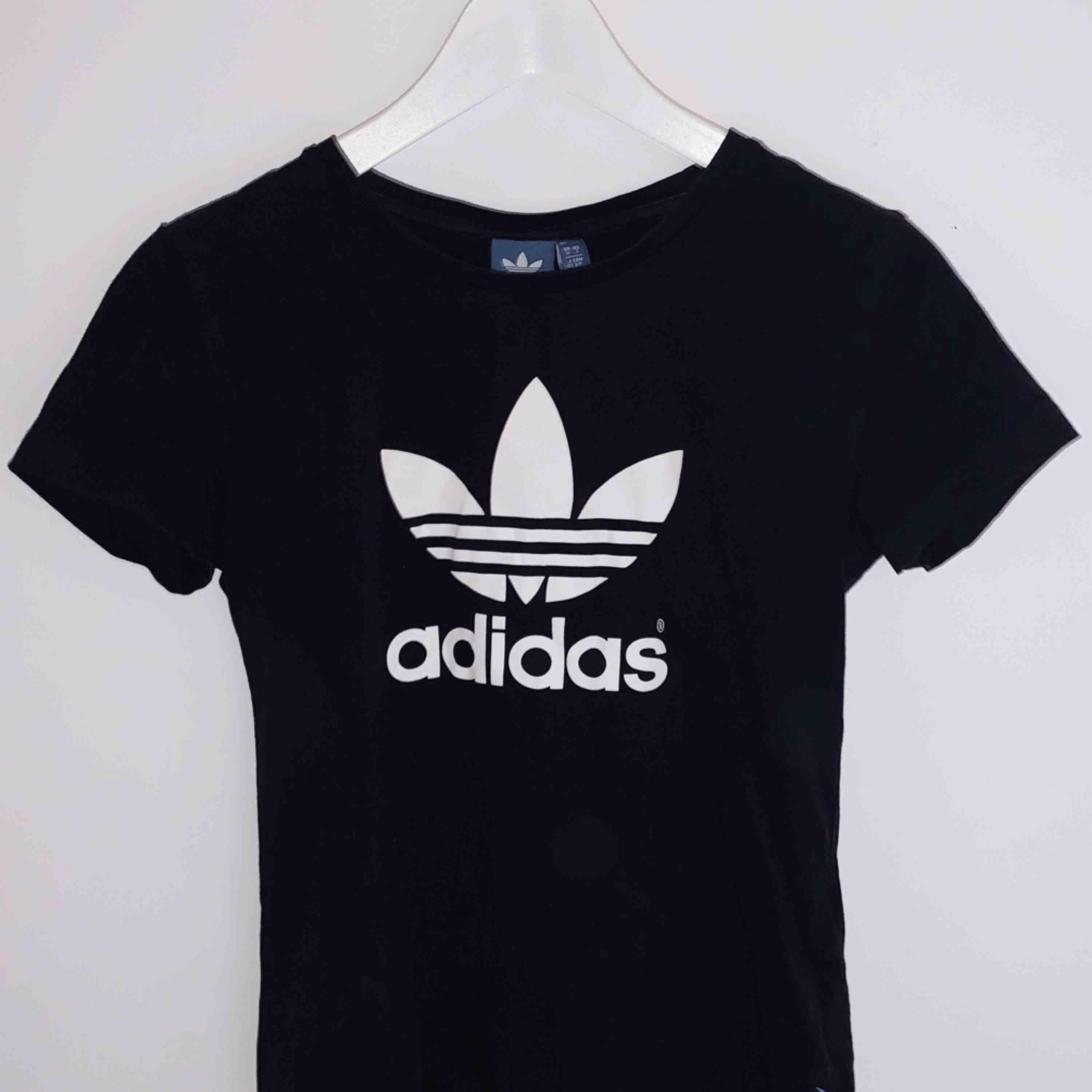 T-shirt från adidas, använd en gång. Frakt ingår i priset⚡️. T-shirts.