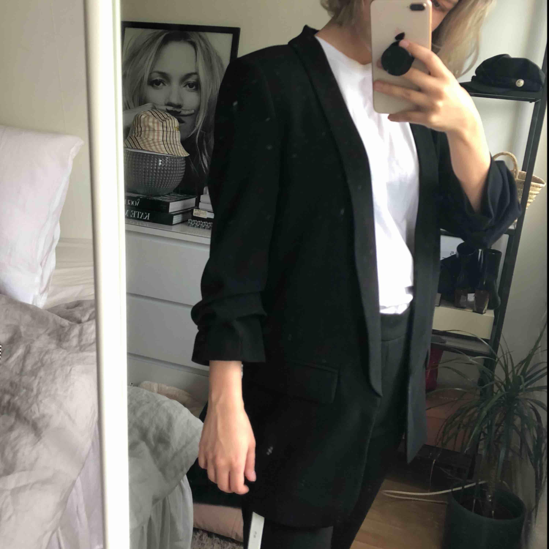 Blazer från Zara. Vill du ha den fraktad får du stå för HELA frakten.. Jackor.