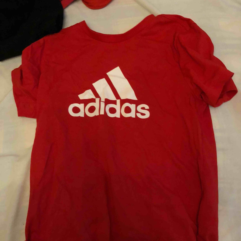 Röd adidas tröja. Knappt använd. Frakt ingår. T-shirts.