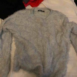 Fluffig tröja från Gina tricot. Knappt använd. Frakt ingår