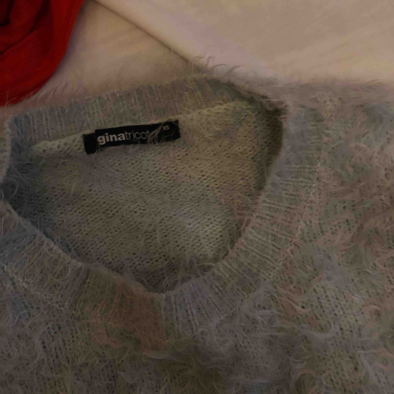 Fluffig tröja från Gina tricot. Knappt använd. Frakt ingår. Tröjor & Koftor.