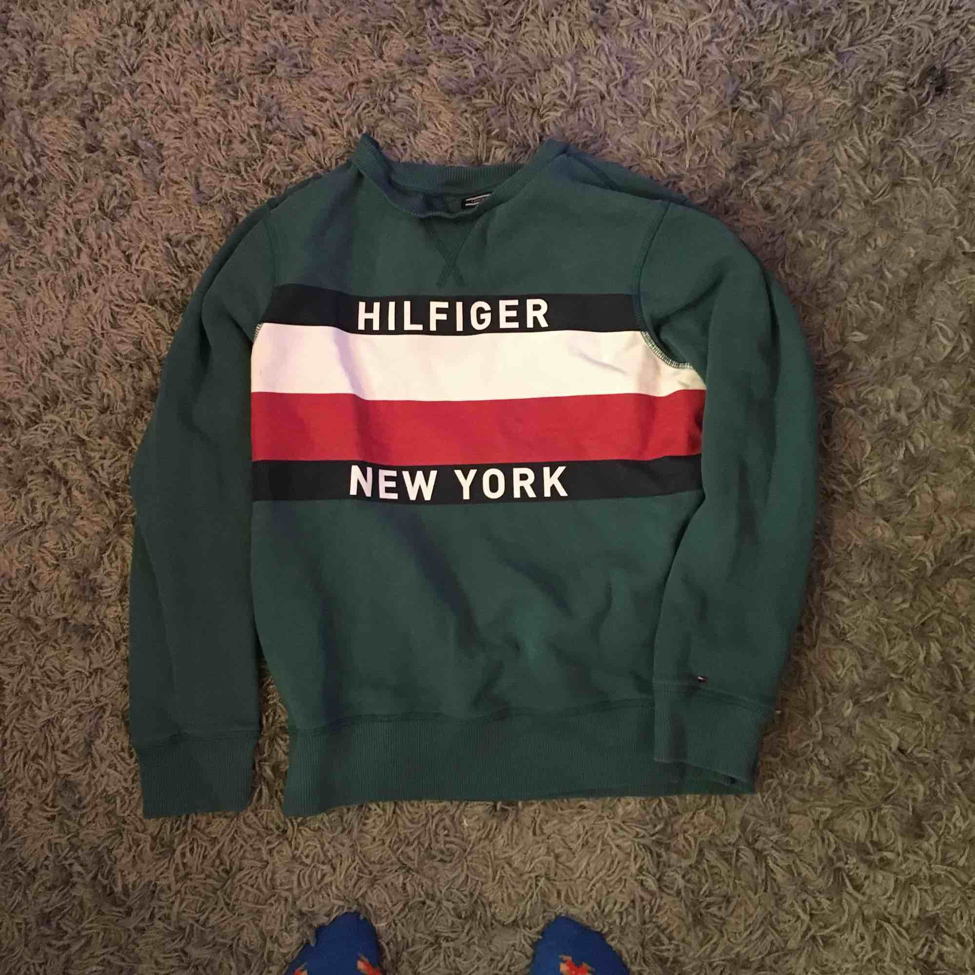 (ÄKTA) Säljer min coola gröna Hilfigher tröja, sitter så fint och är sååå mysig men använder den allt för ofta tyvärr! Skriv om du har en fråga!<3. Tröjor & Koftor.