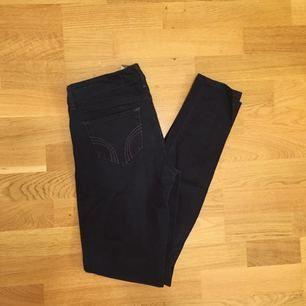 Mörkmörkblå Hollister jeans, aldrig använda!!