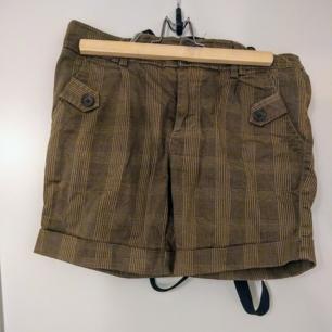 De här shortsen har hängt med mig i flera olika klädstilar, de är väldigt mångsidiga. Köpta på Carlings. Fickorna är riktiga, ej dekor.