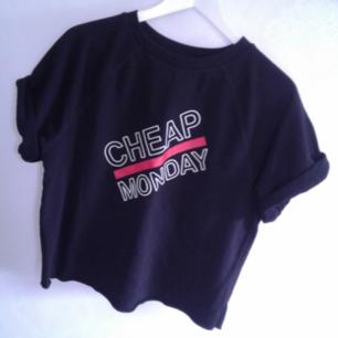 Cheap Monday tshirt i sweatshirt material, aldrig använd enbart provad. Säljes då jag har dubletter av den.  Nypris 400kr.  Säljer den för 80kr då den aldrig är använd. Supersnygg att rulla upp ärmarna på också om man tycker de är för långa.  Kan skickas men då står köpare för frakt.   Betalas med swish🎉