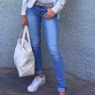 Jättesnygga ljusblåa jeans från H&M i storlek 26/32.
