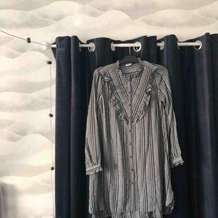 Fin klänning med knappar! Aldrig använd så är i jättebra skick:) Frakt kostar 40kr. Obs katt finns i hemmet!