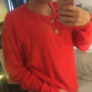 Fin orange tröja använd några gånger med är väldigt fin! Frakt tillkommer