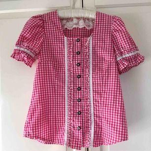 Supersöt rosa blus köpt second hand i Köpenhamn men den är tyvärr lite för liten för mig. Bjuder på frakten 💘