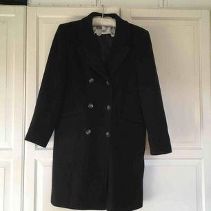 Himla fin svart kappa köpt här på Plick! Tyvärr för stor för mig. Bjuder på frakten 💕