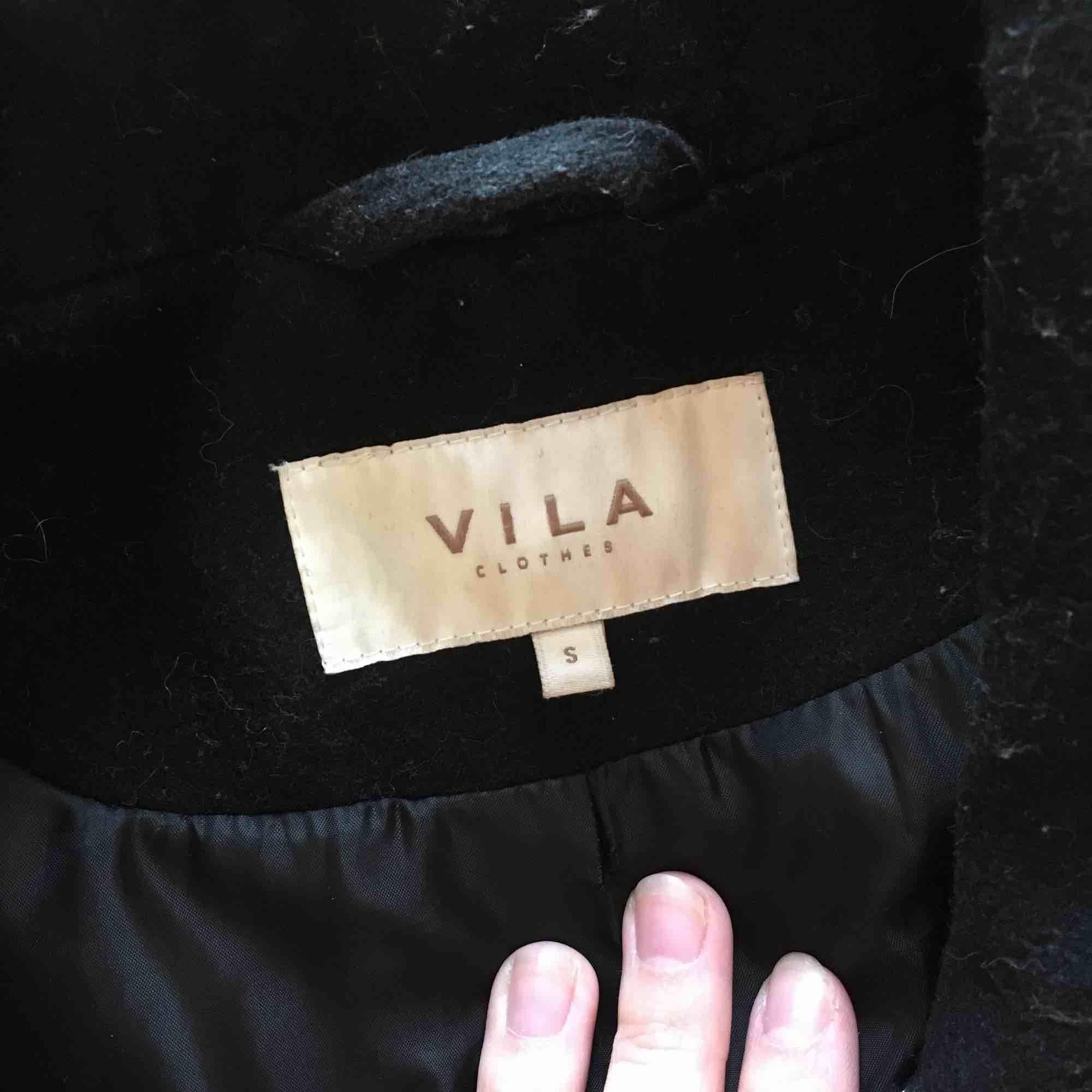 Svart kappa från Vila. Den har några år på nacken men den är fortfarande i fint skick! Bjuder på frakten✨. Jackor.