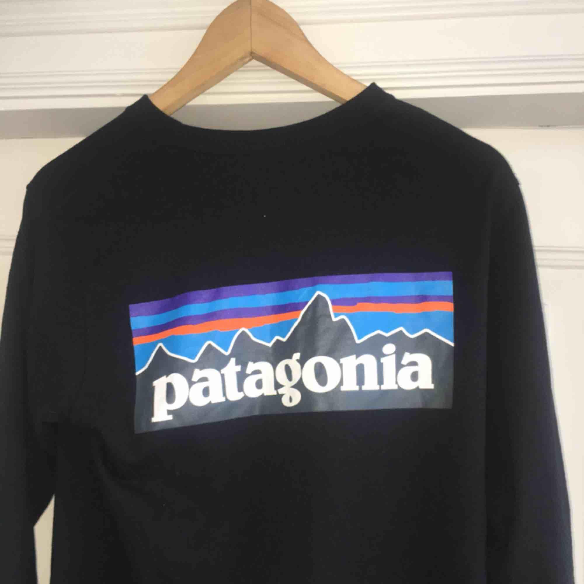 Frakt är inkluderat i priset. Köpt på Junkyard. . Huvtröjor & Träningströjor.