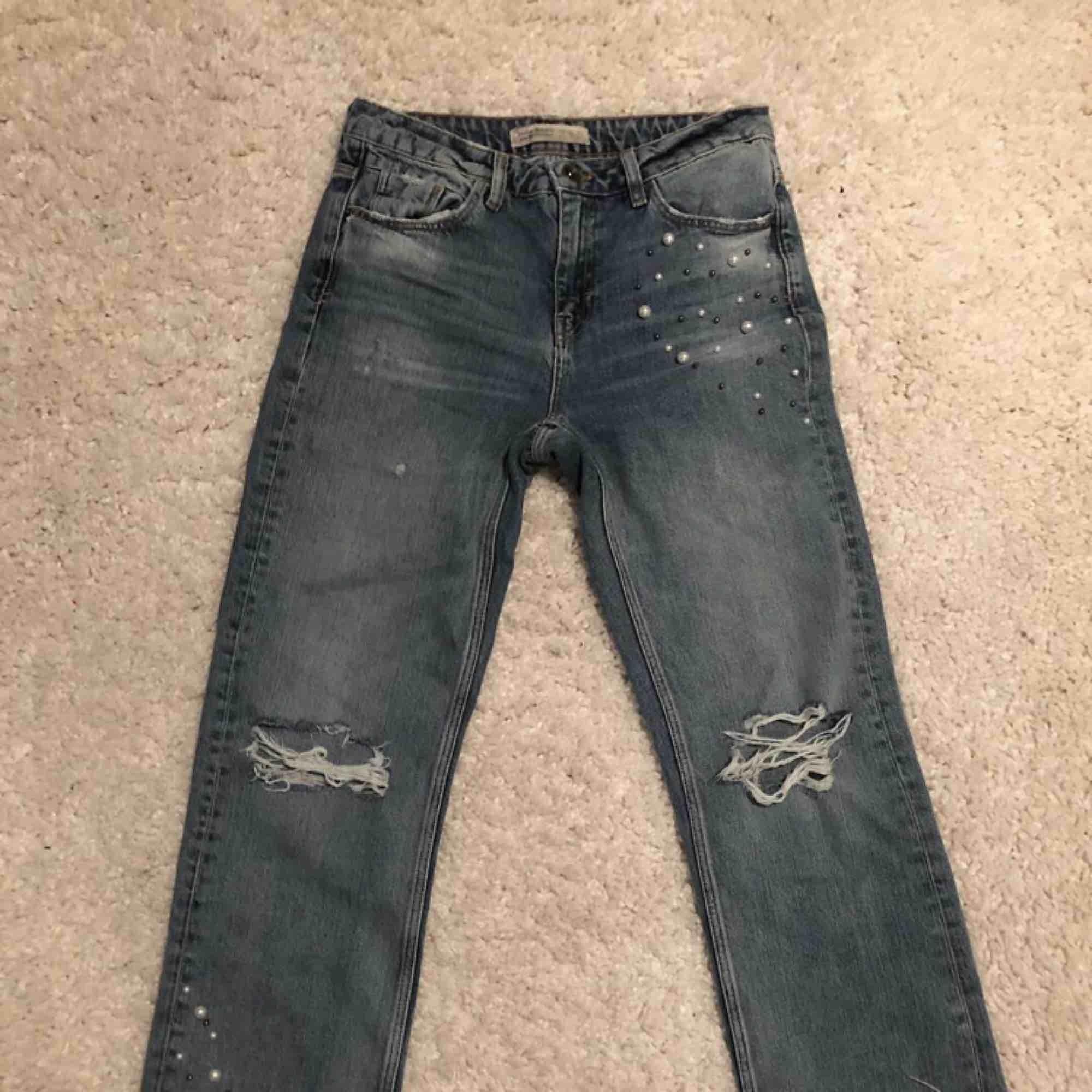 Slitna jeans med pärldetaljer . Jeans & Byxor.