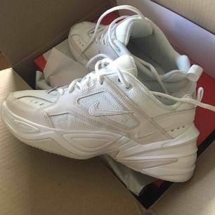 Nike M2K techno! Helt nyt, ubrugt! Desværre matchede ikke, har normalt 38 og disse var ganske små. Store komfortable sko. De udsolgt over hele verden og vil ikke kunne ændre sig i størrelse.