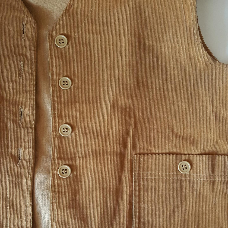 Vintage brun manchesterväst från 60- 70-talet. Tror den är hemsydd. Storlek ca M. Finns i Örebro men kan skickas om köparen står för fraktkostnaden.. Övrigt.