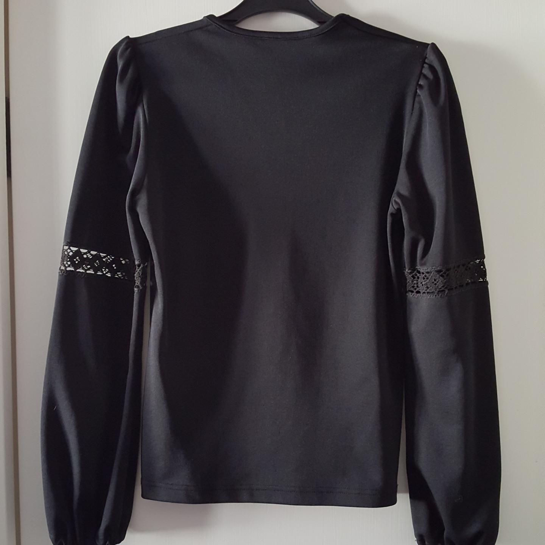 Vintage svart tröja i fint skick från 60- 70-talet med lite utsvängda ärmar med virkning på samt aningen puffärmar. Storlek 38. Finns i Örebro men kan skickas om köparen står för fraktkostnaden. Klänningar.
