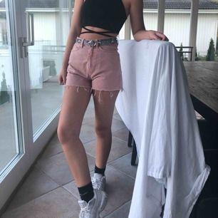 Jättesnygga shorts från weekday🤩🤩 använda cirka 3 gånger och i bra skick!! Storleken är 36 men jag skulle säga att 34 är det rätta måttet! Säljer pga att de inte passar mig.