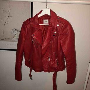 Röd jacka i läder imitation från Pimkie. Stor S eller lite mindre M. Passar 38.